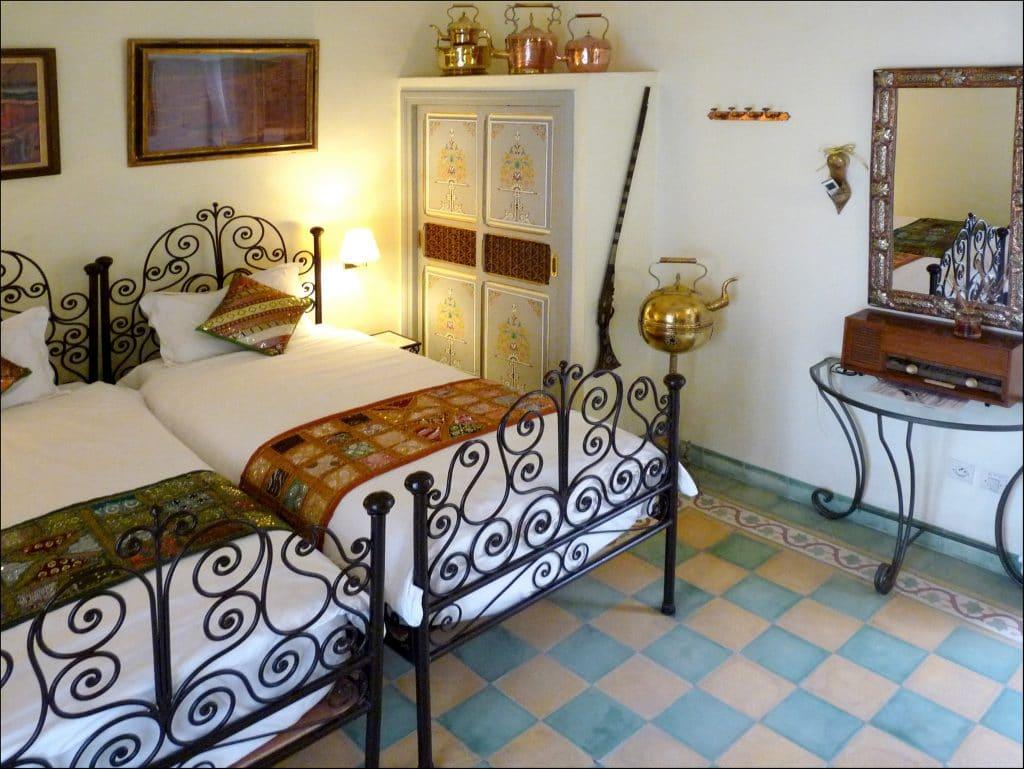 Chambre lits séparés dans le Riad Noos Noos à Marrakech.